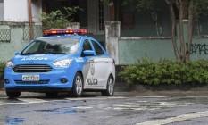 Presença de carro da Polícia Militar numa rua do Grajaú Foto: Emily Almeida / Agência O Globo
