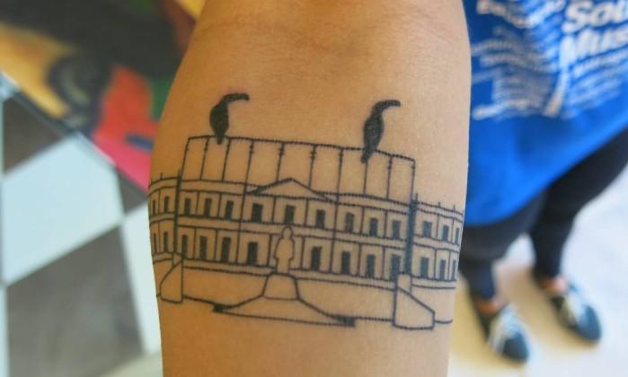 Simbologia de amor. Junto à fachada do Museu Nacional, a biotecnóloga Ivyn Souza tatuou os tucanos que todos os dias apareciam em sua janela Foto: Patricia de Paula