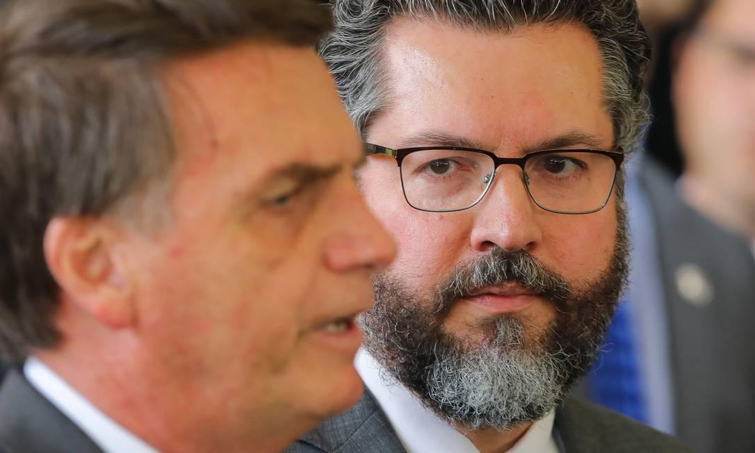 Bolsonaro e o embaixador Ernesto Araujo, anunciado como ministro das Relações Exteriores do governo eleito Foto: SERGIO LIMA / AFP