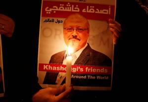 Manifestante segura pôster com foto de jornalista Jamal Khashoggi, assassinado em consulado saudita Foto: Osman Orsal / REUTERS