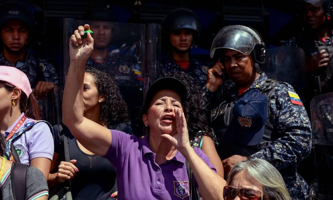 Mulher participa de protesto de professores por melhores condições de trabalho em Caracas Foto: FEDERICO PARRA / AFP