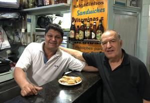 O garçom Jorginho e do dono do bar, seu Alberto Foto: Juarez Becoza