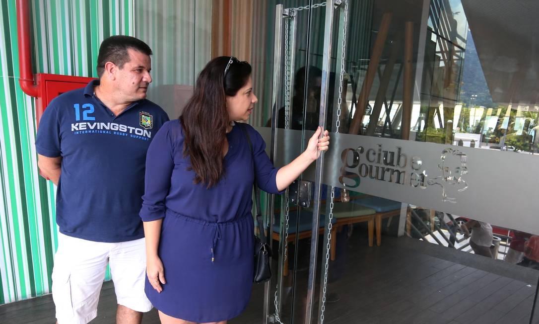 O casal Ana Carolina Sant'Anna Márcio Santos, que mora no Recreio e queria almoçar no Lagoon Gourmet, perdeu a viagem Foto: Fabiano Rocha / Agência O Globo