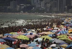 Cariocas e turistas aproveitam o feriado de sol para curtir a praia de Ipanema Foto: Pablo Jacob
