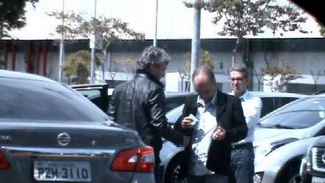No estacionamento da JBS, Mendherson, assessor do senador Zeze Perrella, recebe dinheiro de Frederico Foto: Divulgação