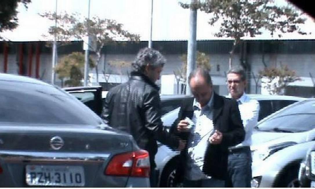 No estacionamento da JBS, Mendherson, ex-assessor do senador Zezé Perrella, recebe dinheiro de Frederico Foto: Divulgação