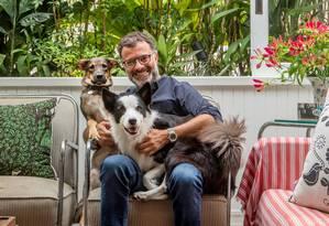 Beto, com os cães Lucky e Flor numa poltrona dos anos 1940 Foto: Andre Nazareth