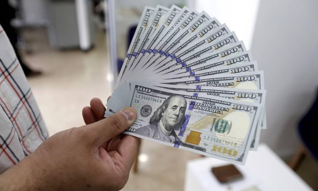 Cédulas de dólar, a moeda oficial dos Estados Unidos Foto: Atta Kenare / AFP