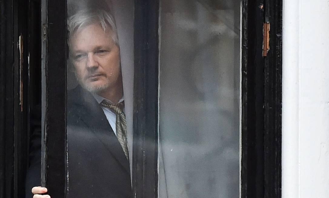 Foto mostra Julian Assange em embaixada do Equador em Londres, onde está asilado Foto: BEN STANSALL / AFP