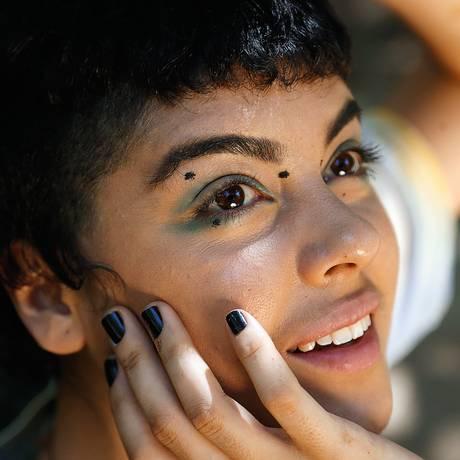 Nuaj del Fiol, de 24 anos, passou a usar pronomes e adjetivos neutros para falar de si. Nem ele nem ela: elu Foto: Fábio Guimarães / Agência O Globo