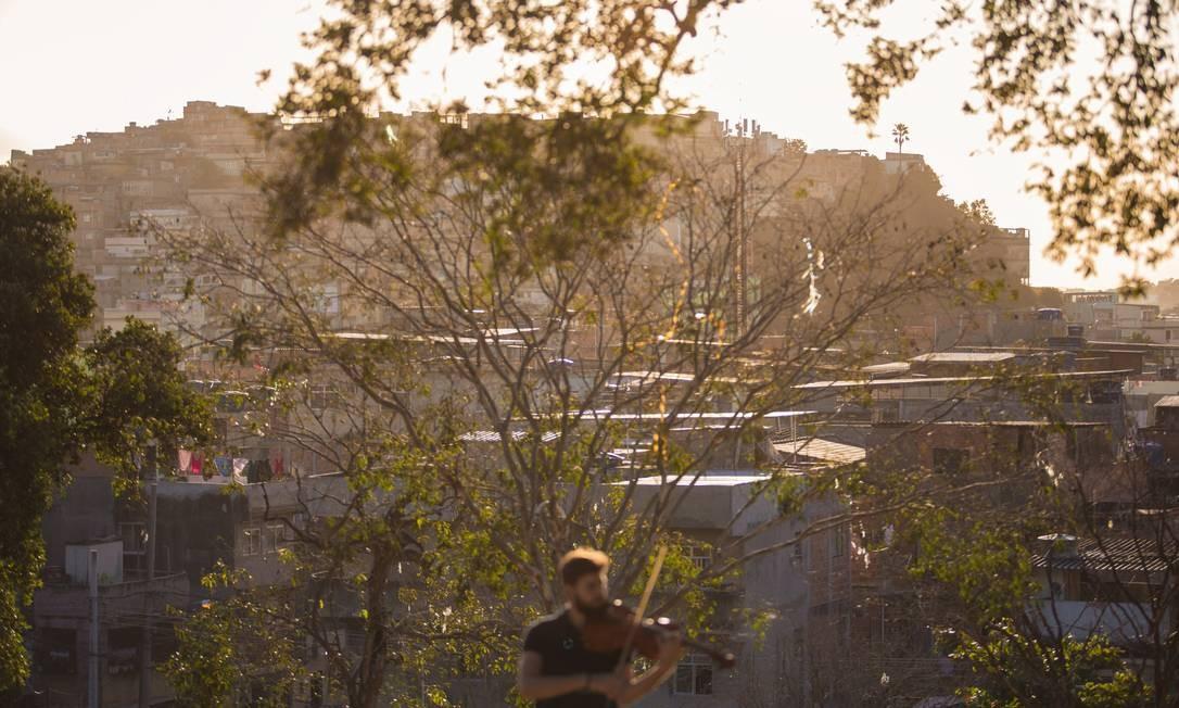 """O fotógrafo e cinegrafista Daniel Marenco fez o documentário """"Contramaré"""", que conta a vida dos jovens membros da Orquestra Maré do Amanhã, baseada no Complexo da Maré, uma das áreas mais carentes do Rio de Janeiro. Na foto, Gabriel Dionisio toca viola. Foto: Daniel Marenco / Agência O Globo"""
