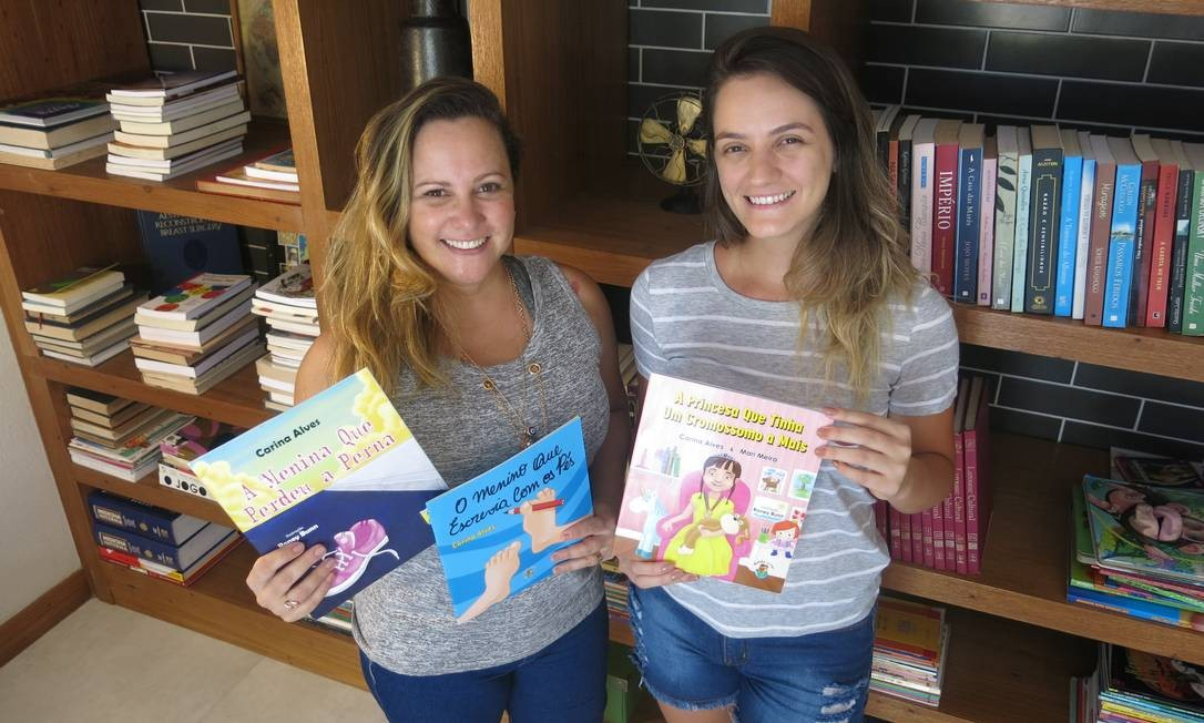 Carina Alves (à esquerda) e Mari Meira com as obras que já publicaram: outras estão nos planos Foto: Agência O Globo / Rodrigo Berthone