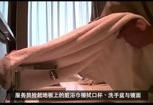 Toalha de hóspedes é usada na limpeza de banheiro Foto: Reprodução/Weibo