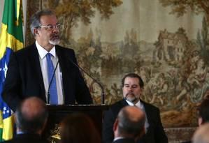 O ministro da Segurança Pública, Raul Jungmann, assina termo de repasse de recursos para o CNJ Foto: Jorge William/Agência O Globo