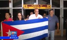 Médicos cubanos desembarcam no aeroporto de Havana Foto: Reprodução/CubaTV