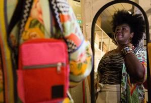 A designer e figurinista Luana Maria, da Acorda, com uma de suas bolsas Foto: Emily Almeida / Agência O Globo