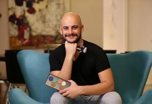 Kassiano Guimarães faz sucesso com maquiagens artística Foto: Marcio Alves / Agência O Globo