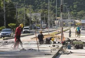 Operários trabalham em trecho da Transoceânica onde será instalada uma das 12 estações de ônibus Foto: Thiago Freitas / thiago freitas