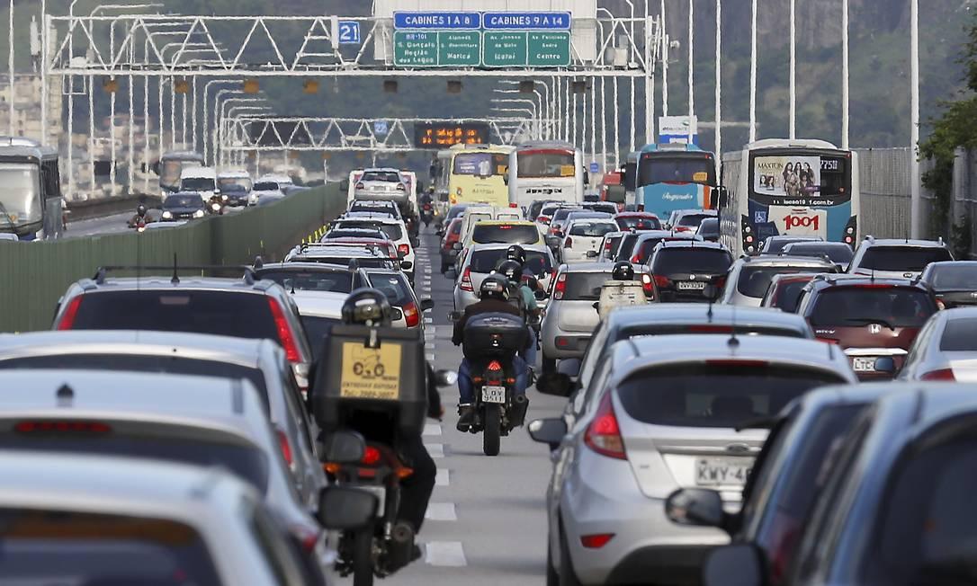 Motociclistas fazem 'corredor' para passar entre os carros na Ponte Rio-Niterói: Foto: Marcelo Theobald / Agência O Globo