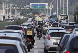 Atenção. Motociclistas fazem 'corredor' para passar entre os carros na Ponte Rio-Niterói: Foto: Marcelo Theobald / Agência O Globo