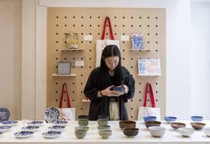Porcelana. Loja vende artigos que refletem a mistura de culturas de Cingapura Foto: Lauryn Ishak / NYT
