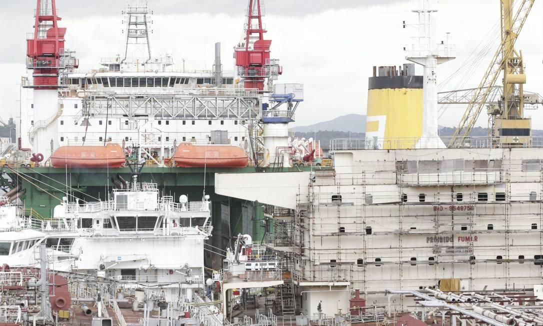 O estaleiro Mauá, um dos maiores da cidade, atualmente só faz reformas e reparos de embarcações Foto: Agência O Globo / Márcio Alves/04-10-2017