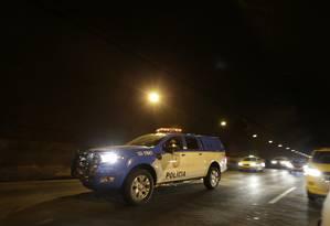 Polícia Militar fechou o túnel e os assaltantes conseguiram fugir Foto: Antonio Scorza / Agência O Globo