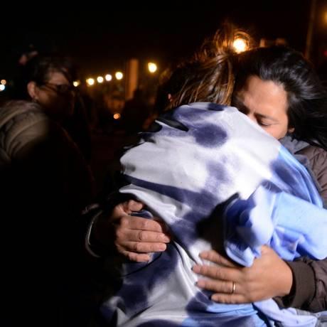Parentes dos desaparecidos se abraçam diante da base naval de Mar del Plata Foto: STRINGER / REUTERS