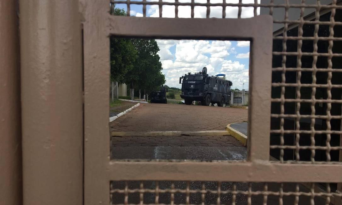 Caminhão da tropa de choque da PM reforça a segurança dentro do presídio de Presidente Venceslau (SP) Foto: Aine Ribeiro / Agência O Globo