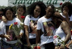 Familiares e amigos participam do enterro de Rayane de Castro, no cemitério de Sulacap Foto: Gabriel de Paiva / Agência O Globo