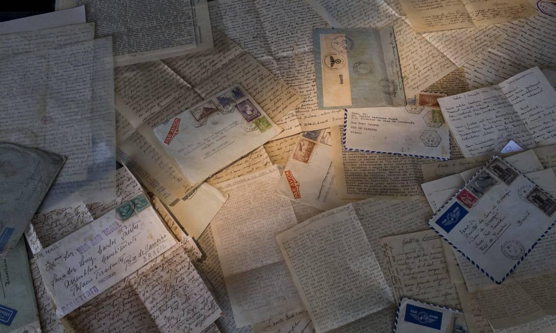 Cartas recebidas por Luis Carlos Prestes são encontradas por catador em Copacabana e vão a leilão. Na foto, cartas enviadas por Olga Benário para Prestes Foto: Márcia Foletto / Agência O Globo