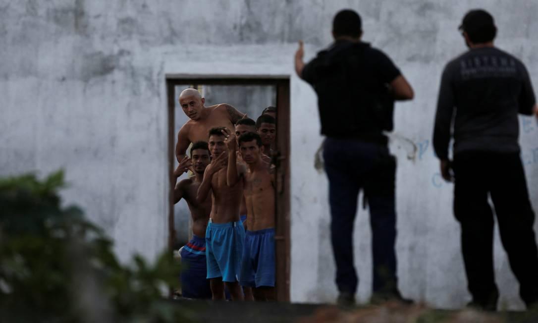 Policiais negociam com presos durante rebelião no presídio de Alcaçuz, no Rio Grande do Norte, que deixou 26 mortos em 2017 Foto: NACHO DOCE / Reuters