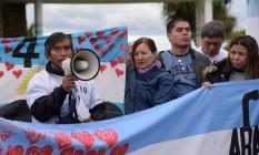 Parentes de tripulantes do ARA San Juan protestam em base naval de Mar del Plata Foto: ALFONSINA TAIN / AFP