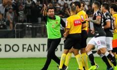 Alberto Valentim reclama com o árbitro Wilton Pereira Sampaio após ser expulso Foto: Renato Gizzi/Photo Premium