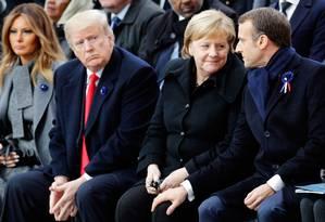 Merkel e Macron conversam, observados por Trump: líderes estreitam relações em reação à política populista americana Foto: FRANCOIS MORI / AFP/11-11-2018