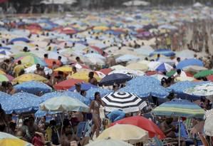 No Posto 9, em Ipanema, a busca por um lugar ao sol Foto: Custódio Coimbra / Agência O Globo