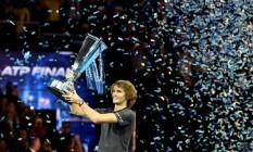 Zverev levanta o troféu do ATP Finals após derrotar Djokovic na final Foto: TONY O'BRIEN / Reuters