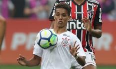 Pedrinho sofre a marcação de Reinaldo no clássico com o São Paulo Foto: Leonardo Benassatto / REUTERS