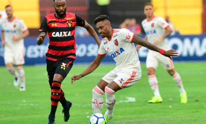 Vitinho tenta driblar e escapar da marcação do Sport Foto: Flamengo/Divulgação