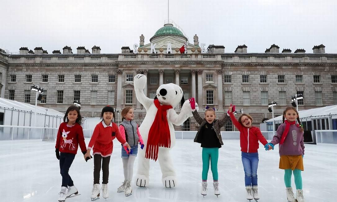 Crianças se divertem com Snoopy em Londres Foto: SIMON DAWSON / REUTERS