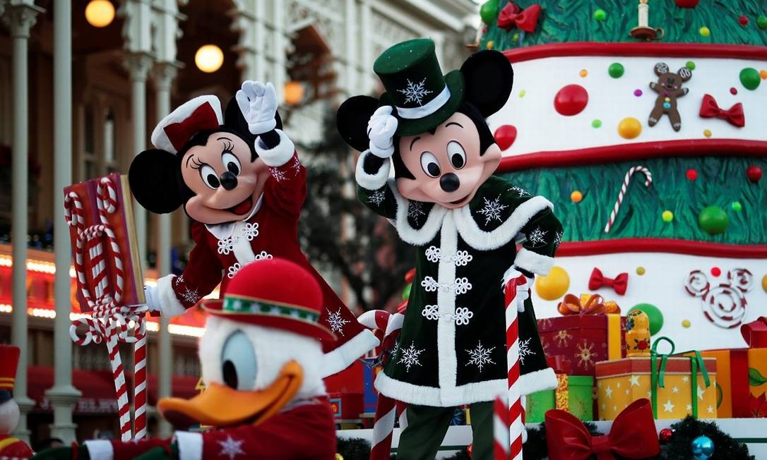 Na Disneylândia de Paris, personagens participam de desfile natalino Foto: BENOIT TESSIER / REUTERS