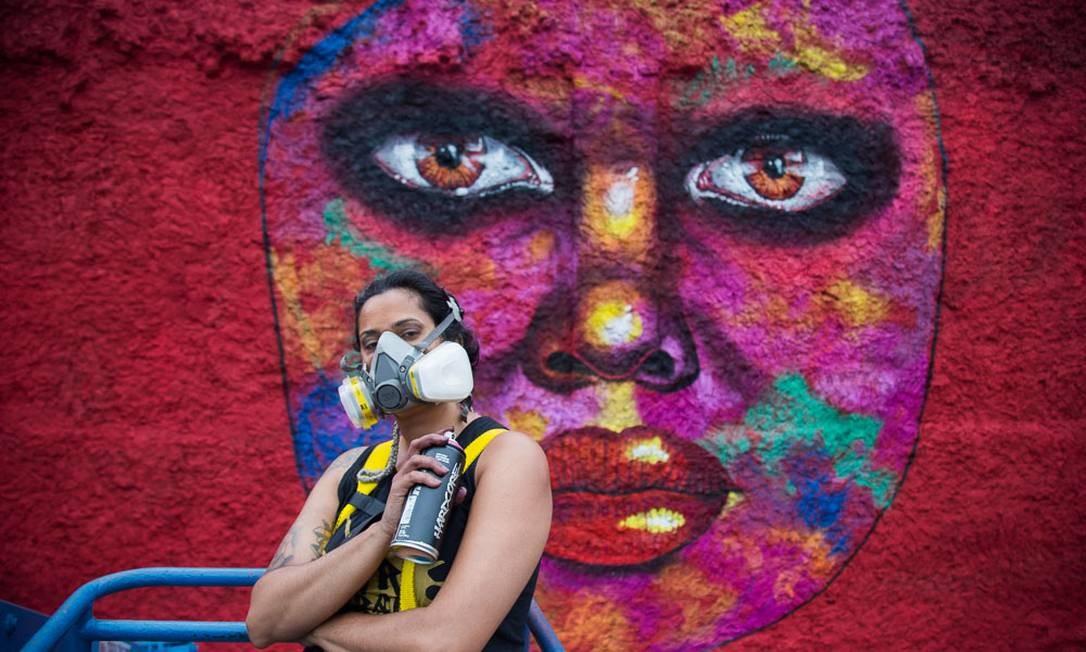 A grafiteira Panmela Castro, junto ao mural que será inaugurado no Dia da Consciência Negra Foto: Renata Anchieta / Divulgação/Renata Anchieta