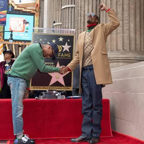 Pharrell Williams homenageia Snoop Dogg, que recebeu uma estrela na Calçada da Fama de Hollywood Foto: VALERIE MACON / AFP
