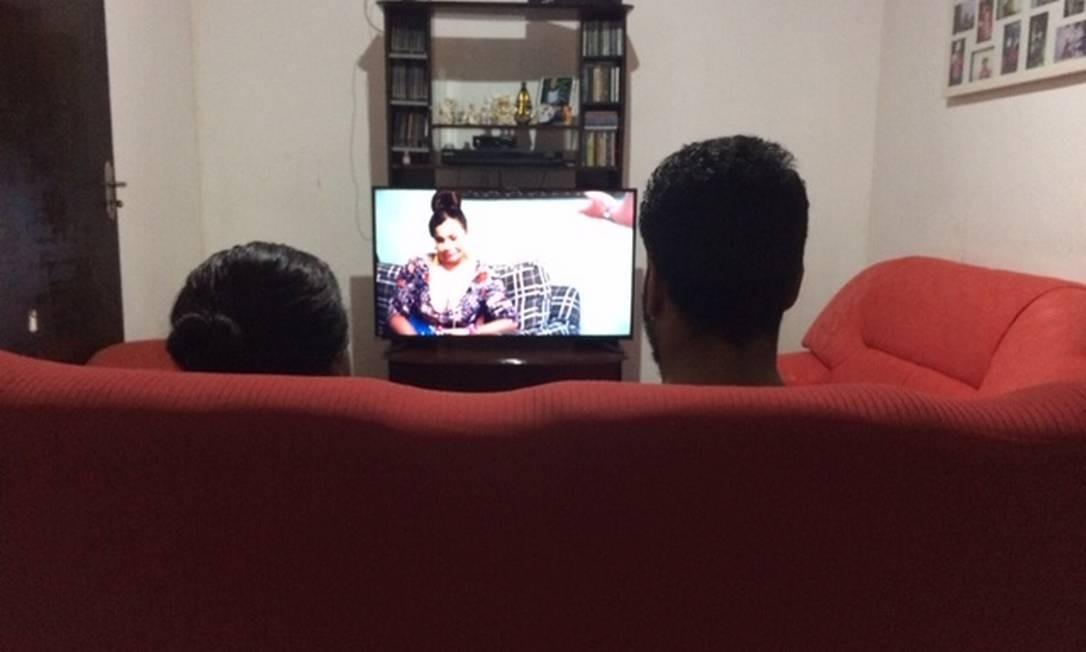 """''Eu não gosto de ver filme assim. Mexe comigo, me dói ver o que aconteceu com nossos antepassados"""", disse ela no sofá vermelho. Foto: Eduardo Carvalho / Agência O Globo"""