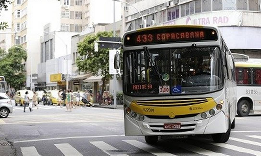 Ônibus em rua do Rio: Justiça manda prefeito intervir para garantir ar-condicionado nos ônibus Foto: Domingos Peixoto