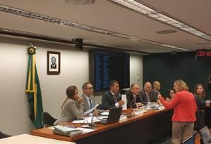 Deputados da oposição protestaram contra a condução dos trabalhos da mesa diretora da comissão Foto: Pedro Henrique Gomes