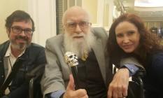 Carlos Orsi e Natalia Pasternak, respectivamente diretor e presidente do Instituto Questão de Ciência (IGC), ao lado do cético canadense James Randi, conhecido por contestar a pseudociência Foto: Arquivo pessoal