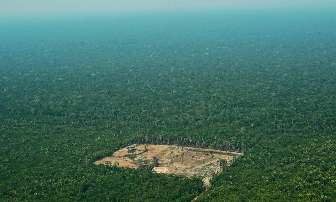 Área desmatada na Amazônia Ocidental: fiscalização no bioma aumentou, mas está condicionada a dinheiro de fundo que depende de recursos estrangeiros Foto: CARL DE SOUZA / AFP/22-9-2017