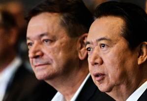 Foto de 2017 mostra o então vice-presidente da Interpol, Alexander Prokopchuk, ao lado do presidente Meng Hongwei Foto: ROSLAN RAHMAN / AFP