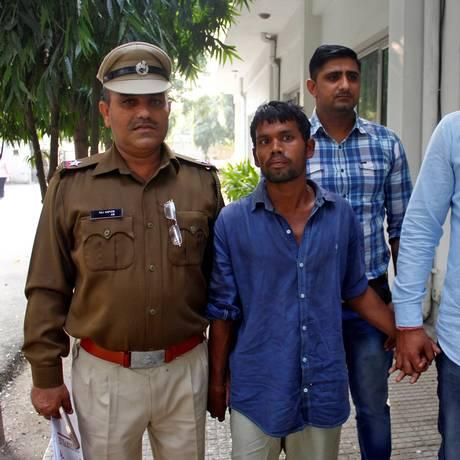 Polícia escolta homem que confessou crimes nos subúrbios de Nova Délhi Foto: STRINGER / REUTERS